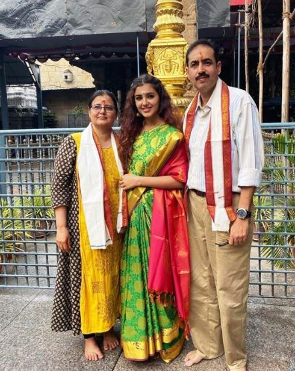 Malvika Sharma With Her Mother And Father