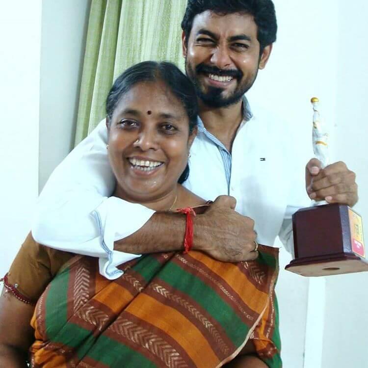 aari arjuna with her mother
